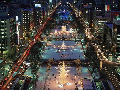 冬の大通公園で、札幌雪祭りが開催される。