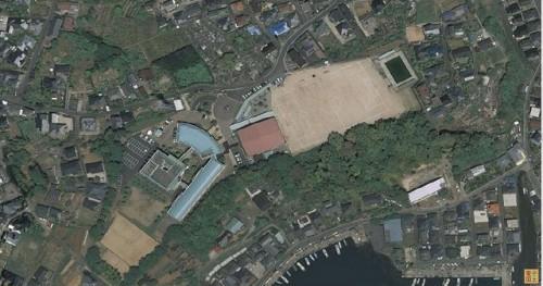最近の玖島中学 以前のグランドが校舎になり、校舎の場所がグランドになっています。プールと体育館は元のままです。
