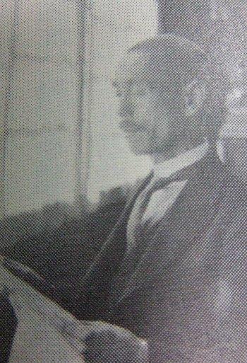 錦戸忠次郎(にしきど ちゅうじろう)先生 同志社大学英文科卒 明治36(1903)年から昭和7(1932)年まで旧制大村中学校に在職。教頭を務められ、野球部部長も歴任。 退職後、大村市の市議会議員。