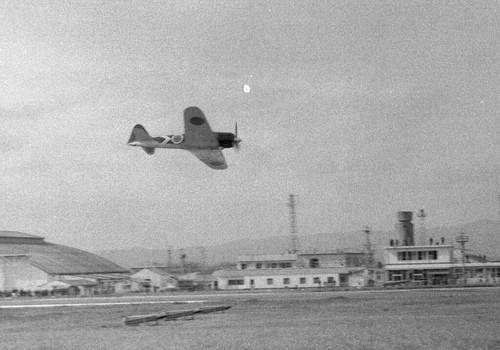 戦後35年目に、大村上空で飛行する里帰りした本物のゼロ戦52型  昭和55年/1980