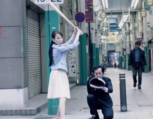 トヨタ自動車のCMでスイングをする稲村亜美