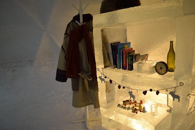 本棚も氷です。