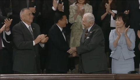 スノードン元海兵隊中将と新藤義孝議員(硫黄島の栗林忠道 陸軍中将の孫)が握手