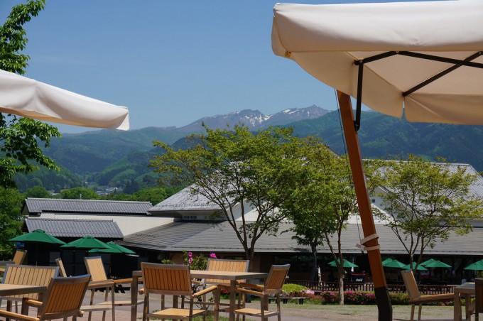 気温は25度くらいですが、山頂(谷川岳)付近には、まだ雪が。 山の向こうは新潟県です。