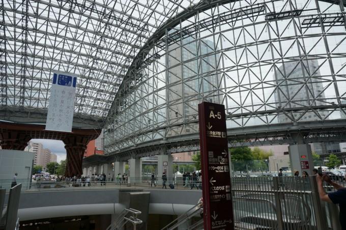 駅が巨大で圧倒される。 駅前にも高層ビルがある。
