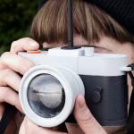 「みんなが撮っている写真」を撮ろうとすると、自動的にシャッターが切れなくなるカメラ