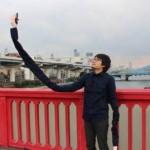 風景になじむ自撮り棒、発明者は日本人です