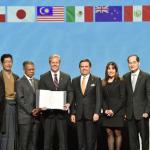 【日本が世界の中心に戻ってきた】TPPの署名、日本代表は和服